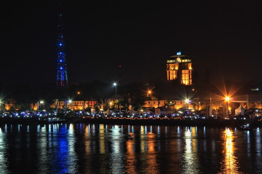 Suasana malam Benteng Kuto Besak, foto diambil dari jembatan Ampera