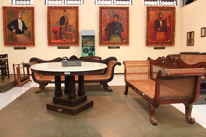 Suasana ruang tengah rumah kediaman R.A. Kartini di museum yang dahulu menjadi rumah pribadi pahlawan wanita ini