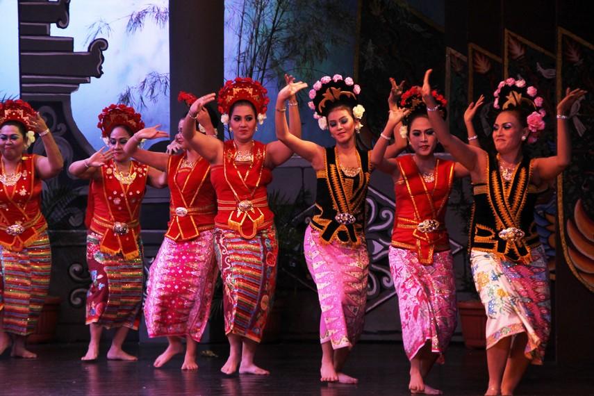 Tari yapong merupakan tarian yang menggambarkan kegembiraan perempuan Betawi