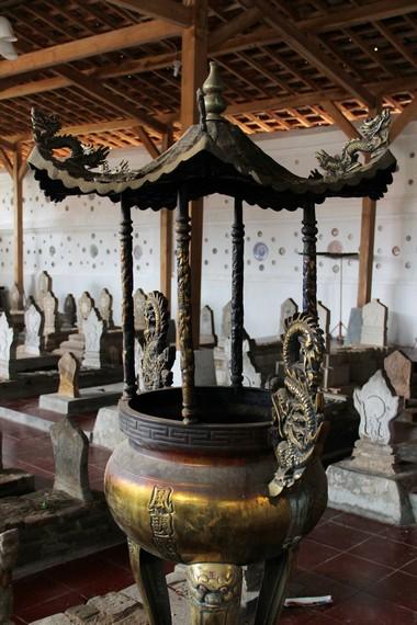 Terdapat ruangan khusus orang Tionghoa lengkap dengan tempat hio untuk memanjatkan doa bagi Sunan Gunung Jati