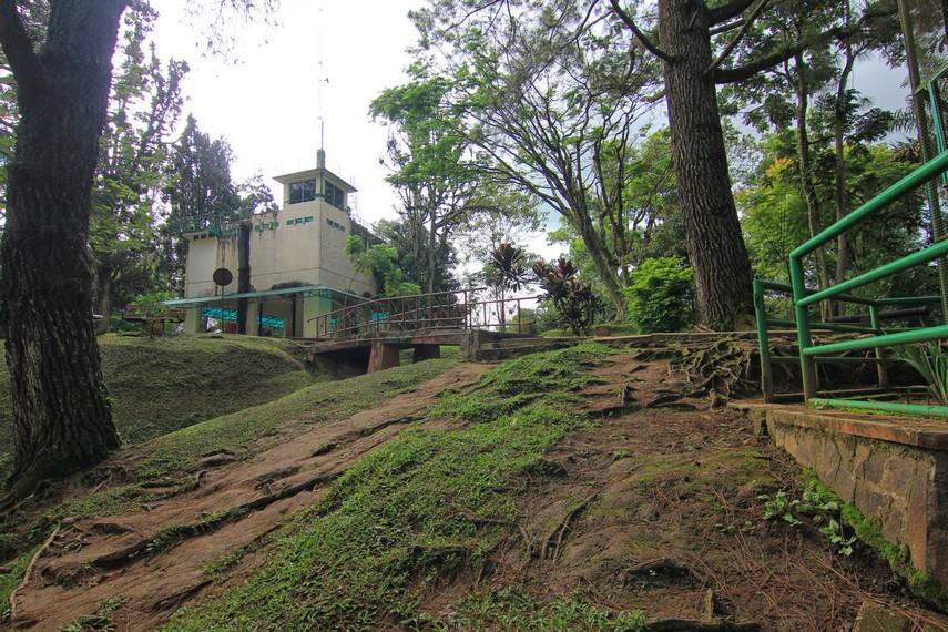 Tidak ada yang tersisa dari bangunan asli benteng, sebagai gantinya berdiri menara untuk mengamati panorama kota Bukittingi