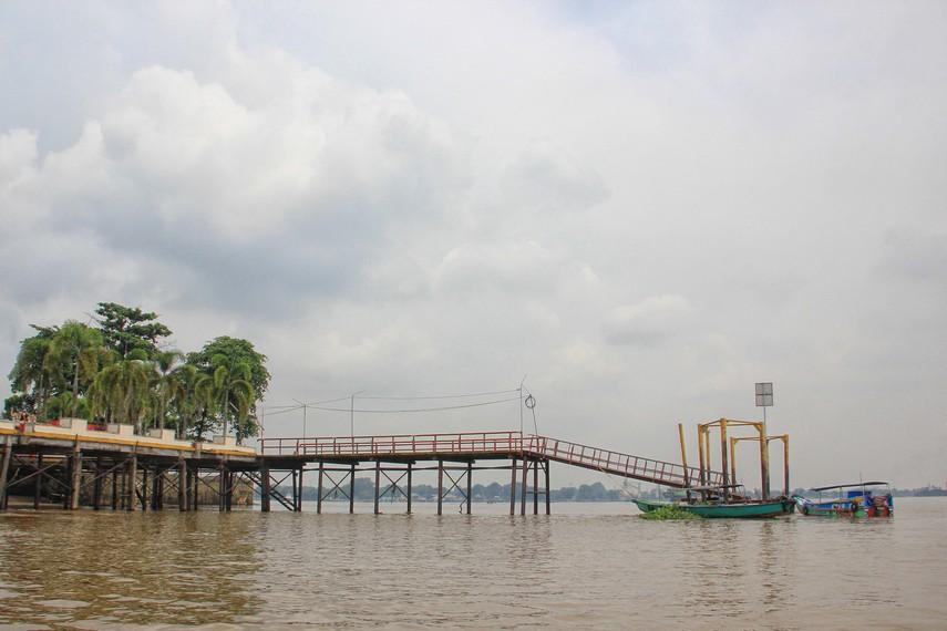 Untuk mengunjungi Pulau Kemaro, masyarakat biasanya menggunakan ketek atau perahu boots sewaan di dermaga yang ada di sekitaran Jembatan Ampera