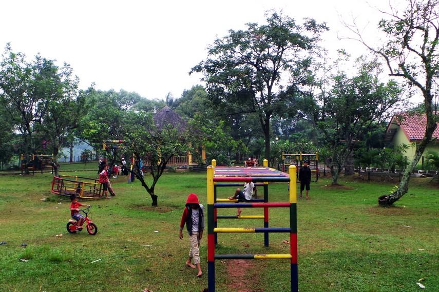 Bermain di arena taman yang luas menjadi salah satu hal yang menyenangkan di taman ini