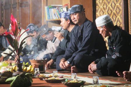 Para kokolot Kampung Budaya Sindang Barang berdoa kepada Allah memohon supaya acara Seren Taun berjalan dengan lancar