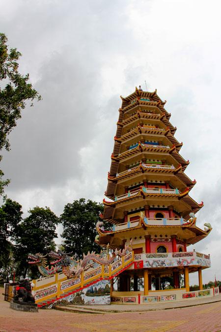 Pagoda ini adalah salah satu pagoda tertinggi di Indonesia