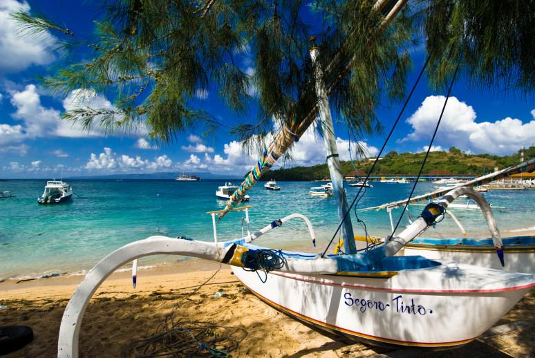 Sebuah perahu bersandar di bibir pantai