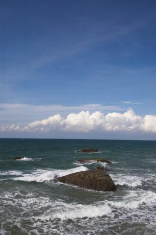 Langit biru menyempurnakan pemandangan di pantai