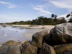 Ombak Tenang di Pantai Pasir Padi, Bangka Belitung