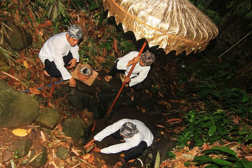 Para kokolot Kampung Budaya Sindang Barang sedang mengumpulkan air dalam ritual Ngala Cai Kukulu
