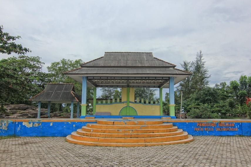 Panggung yang berada di Pantai Tanjung Pendam sering digunakan untuk menggelar acara-acara kesenian Belitung