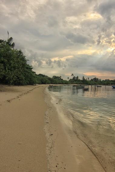 Pasirnya yang putih dan ombaknya yang tenang memberikan kenyamanan tersendiri ketika berada di Pantai Teluk Limau