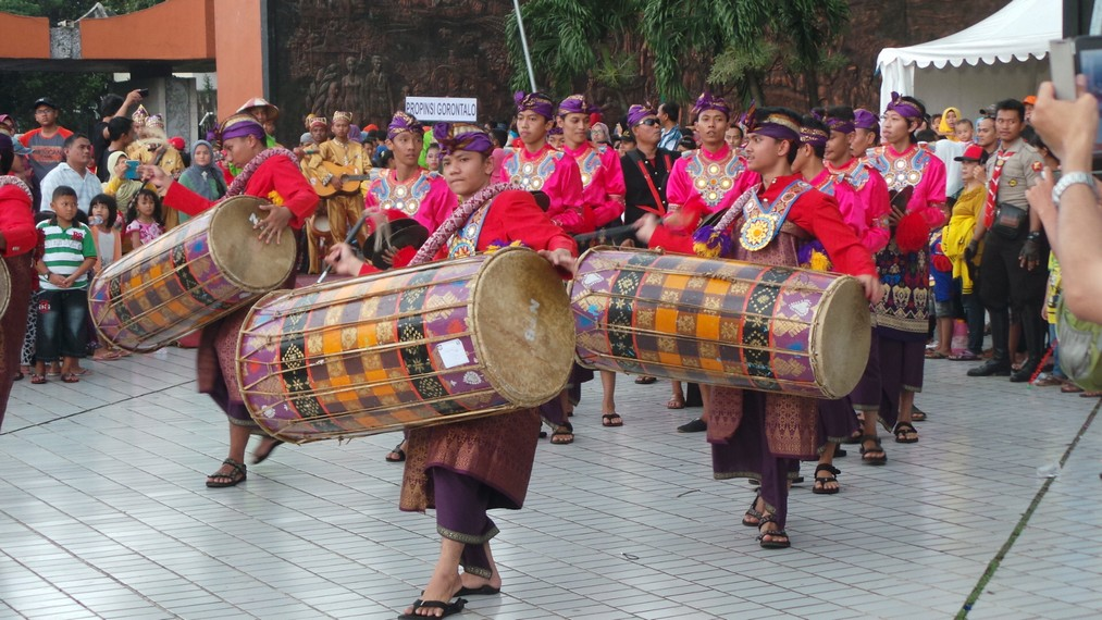 Kontingen Nusa Tenggara Barat hadir dengan gendang tradisional khasnya yakni gendang beleq