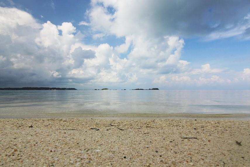 Airnya yang jernih dan ombak yang tenang membuat siapa saja yang menginjakkan kaki di pulau ini merasakan kenyamanan