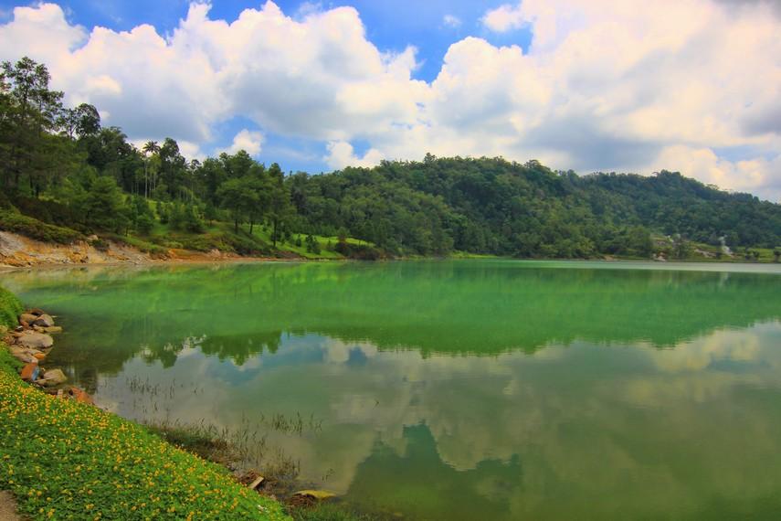 Aroma bau belerang langsung menusuk hidung begitu kita baru tiba di area Danau Linow