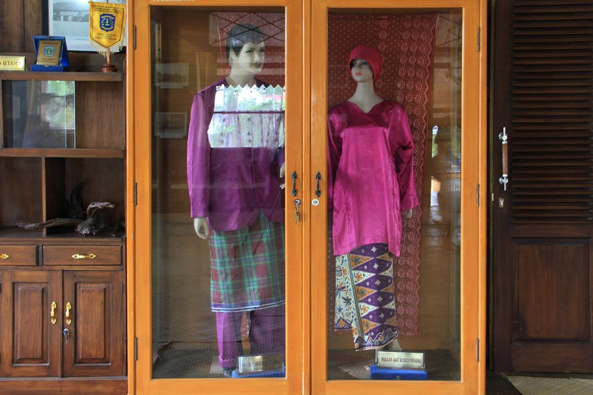 Baju adat pengantin Belitung juga menjadi ornamen yang menghiasi ruang utama rumah adat Belitung