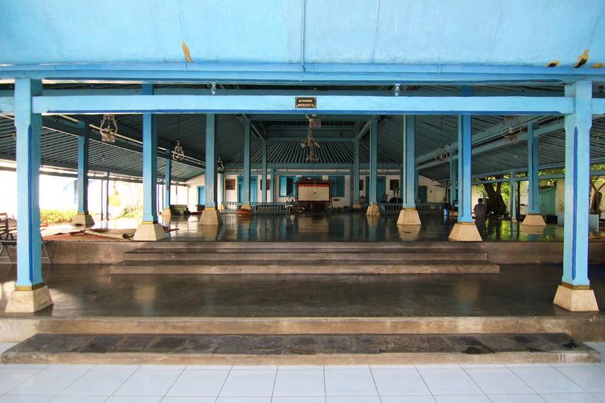 Bangsal Marakata merupakan tempat bagi Abdi Dalem Bupati Lebet yang akan menemui Raja. Bangsal ini juga digunakan untuk mewisuda Abdi Dalem Panewu Mantri