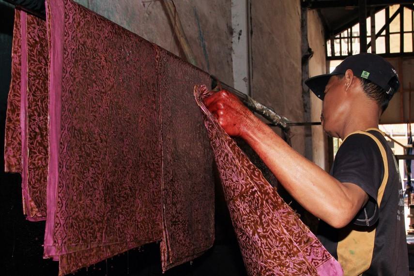 Batik keraton (Keraton Kasepuhan dan Keraton Kanoman) pada awalnya merupakan hasil kecintaan keluarga keraton pada seni lukis