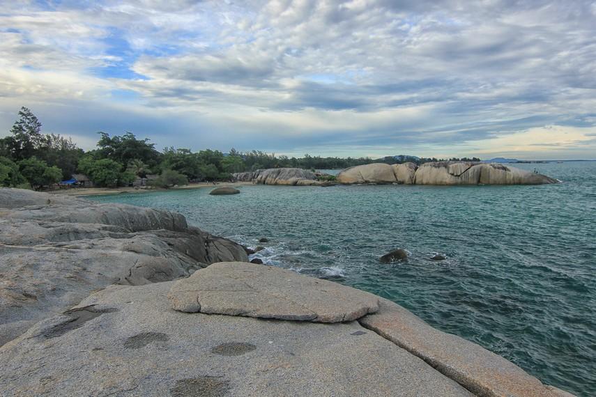 Batu-batu granit yang menghiasi di sepanjang pantai membuat pantai ini terlihat begitu eksotis untuk dinikmati
