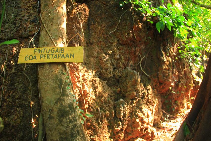 Di area ini juga banyak terdapat gua-gua salah satunya adalah gua pertapaan
