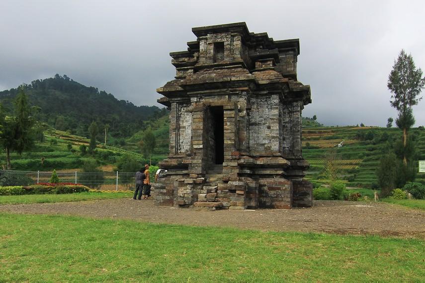 Di kawasan ini, sebenarnya ditemukan tiga bangunan candi lain, yaitu Candi Pandu, Candi Margasari, dan Candi Parikesit. Ketiga candi itu sudah hilang