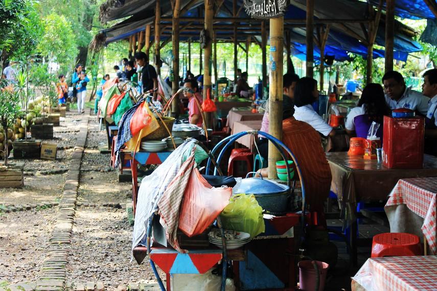 Di kawasan ini, terdapat delapan pedagang laksa. Sebelumnya, mereka berdagang secara terpisah di sepanjang Jalan TMP Taruna, Tangerang