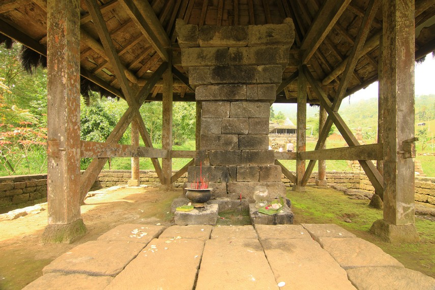 Di teras kedua, terdapat petilasan Ki Ageng Kricingwesi, leluhur masyarakat Dusun Ceto