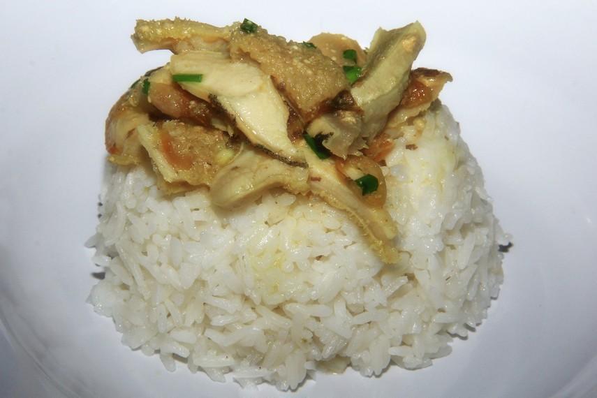 Empal Gentong selalu dihidangkan bersama dengan nasi putih yang hangat