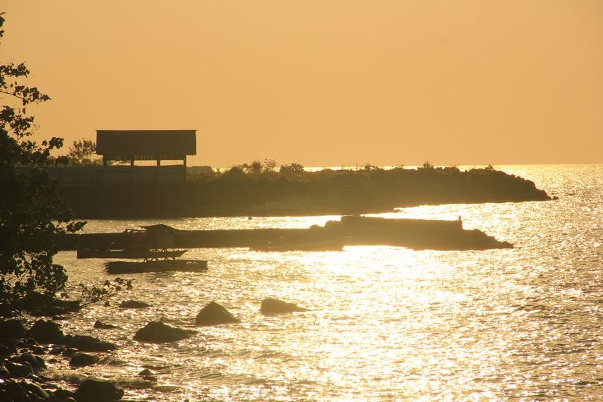 Kontur bebatuan di pantai ini tidak membuat minat wisatawan untuk turun ke bawah dan merasakan bermain-main dengan air laut
