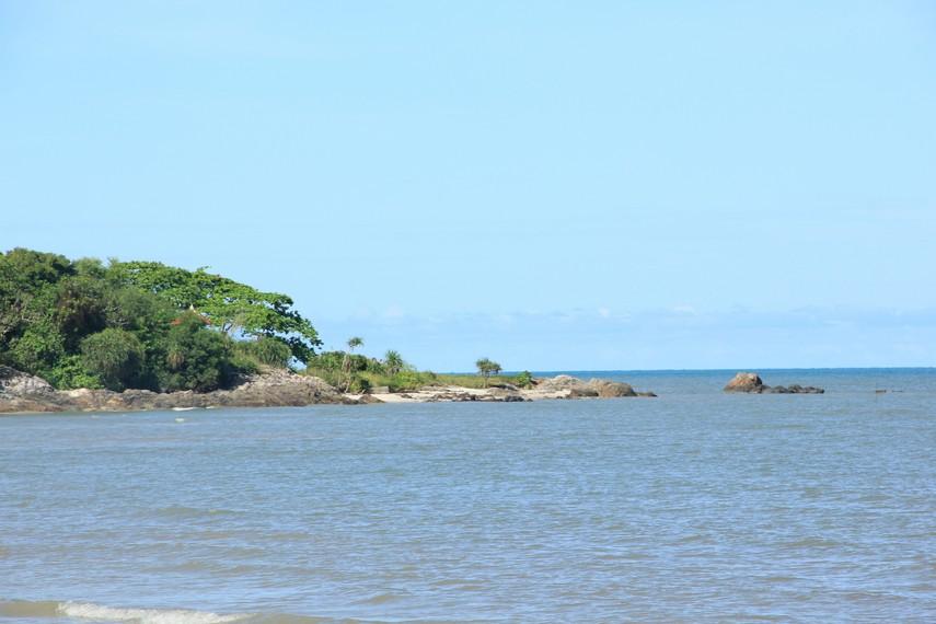 Hijaunya pepohonan Bukit Samak menjadi pemandangan yang bisa dinikmati di sisi kiri Pantai Nyiur Melambai