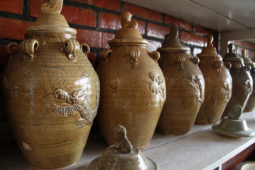 Satu yang menarik, bagi pembeli yang ingin memesan motif dengan desain sendiri bisa langsung mengirimkan foto untuk dibuatkan keramiknya