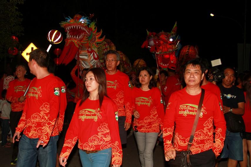 Selain lampion, festival ini juga dimeriahkan dengan dua buah naga yang berukuran besar, naga ini memiliki dua buah warna mempunyai ukuran yang berbeda