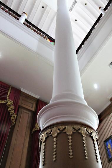 Berbeda dengan desain istana lama, tiang fondasi gedung Kedaton Kutai menggunakan konstruksi beton