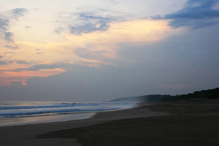 Tekstur pasirnya yang halus dan lembut menjadikan berjalan-jalan di sekitar pantai ini menjadi begitu mengasyikan