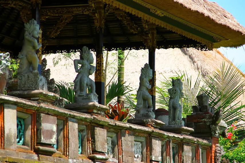 Bangunan Bale Pengubengan di sisi timur kompleks, di dalamnya terdapat relief sembilan dewa mata angin (Dewata Nawa Sanga)