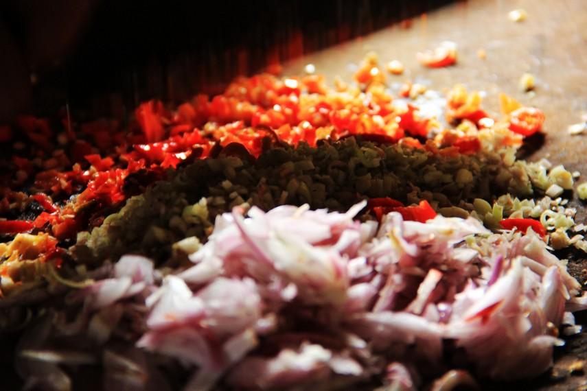 Cabai rawit, serai, dan bawang merah yang diracik menjadi sambal matah menambah kenikmatan menyantap ikan asap
