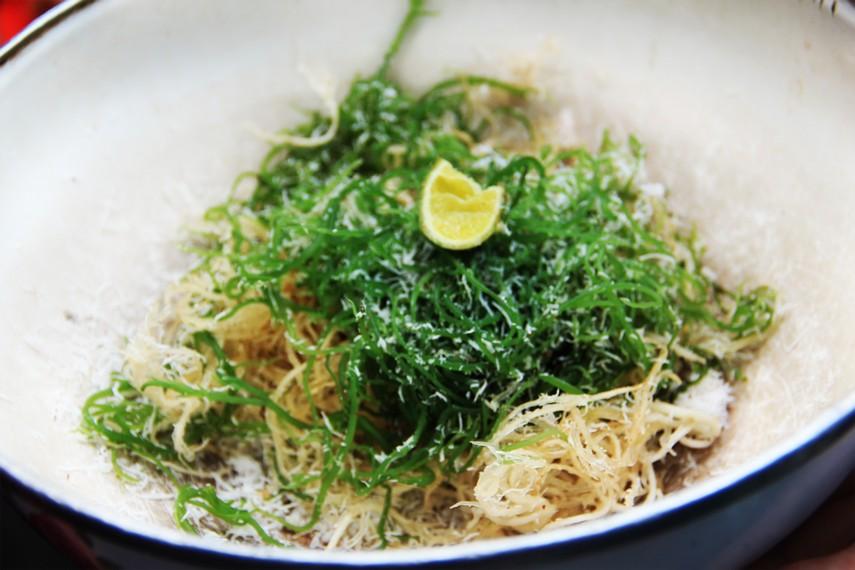 Saat disajikan, bulung dicampurkan dengan garam, kelapa parut, dan perasan jeruk limau