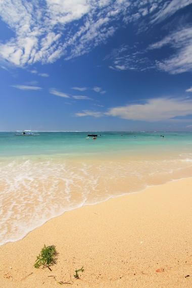 Pantai Geger memiliki pasir berwarna keemasan, peralihan antara pasir putih dan pasir berwarna gelap