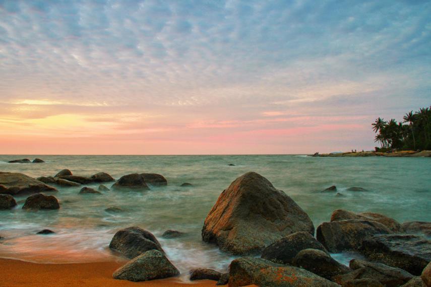 Menjelang senja, panorama pantai ini menyajikan pemandangan yang eksotis di Singkawang