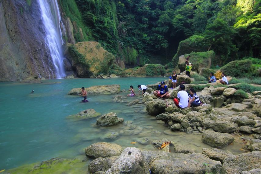 Pengunjung juga bisa berenang atau hanya sekedar mencoba kesegaran air yang ditawarkan di Air Terjun Cikaso