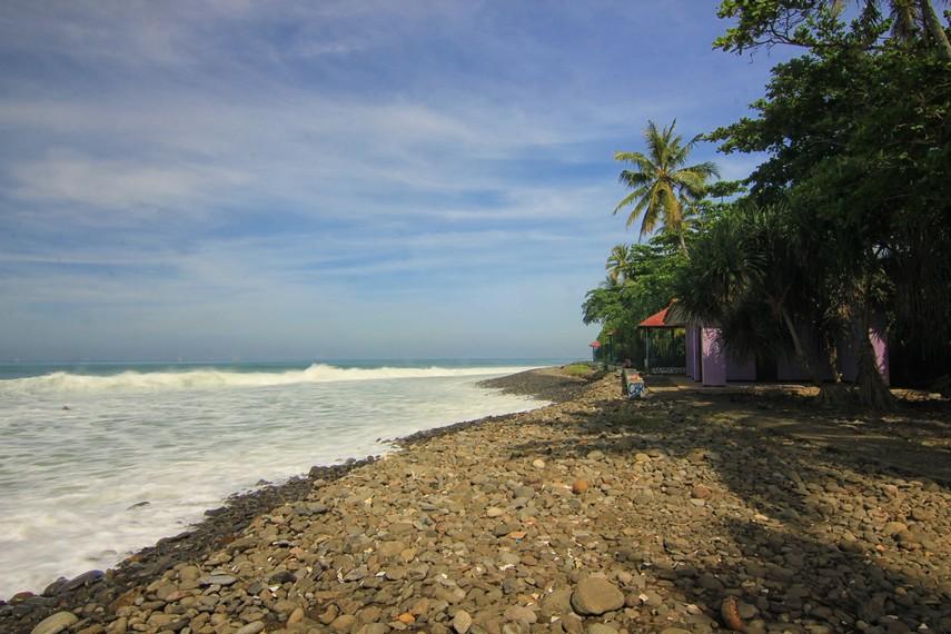 Di pantai ini tidak ada pasir layaknya pantai idaman, yang ada hanya bebatuan yang terlihat menghiasi sekitar pantai