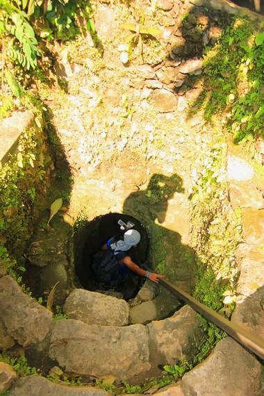 Memasuki rumah bawah tanah ini, pengunjung harus menuruni tangga sedalam 3 m