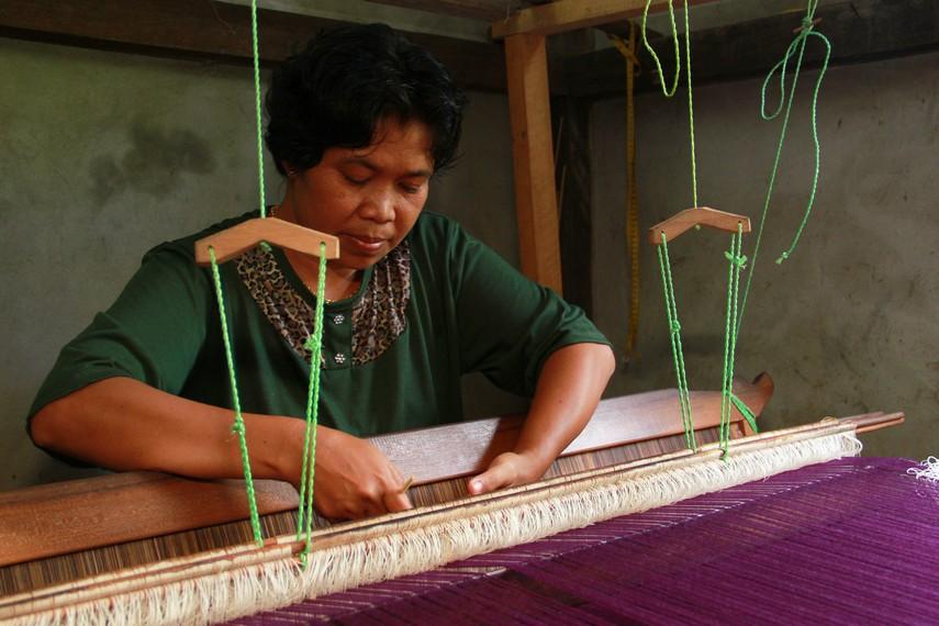Tim Indonesiakaya.com mengunjungi Dusun Sulur Medan, Desa Sumber Harapan, Sambas untuk melihat proses pembuatan kain tenun Sambas