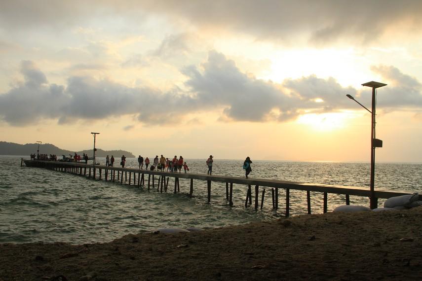 Untuk menginjakan kaki di Pulau Randayan, pengunjung dapat melalui jalur Teluk Suak
