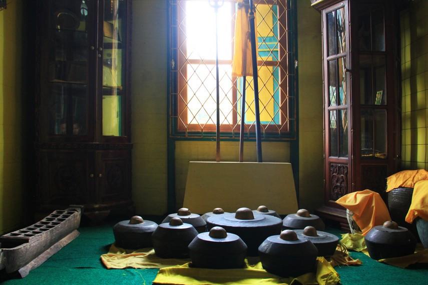 Barang-barang peninggalan kerajaan di masa lampau masih dapat kita lihat di bangunan ini