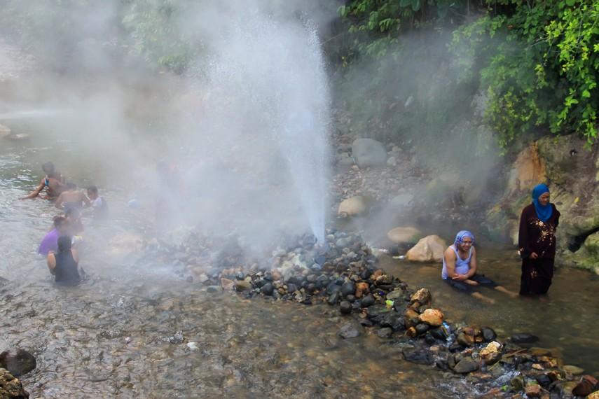 Keunikan pemandian air panas di sini terletak pada air panas yang keluar dari Pemandian Air Panas Cisolok bersumber dari geyser