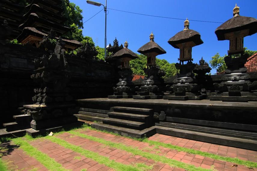 Pura Gua Lawah merupakan pusat pemujaan kepada Bhatara Tengahing Segara, representasi Tuhan sebagai pemelihara laut