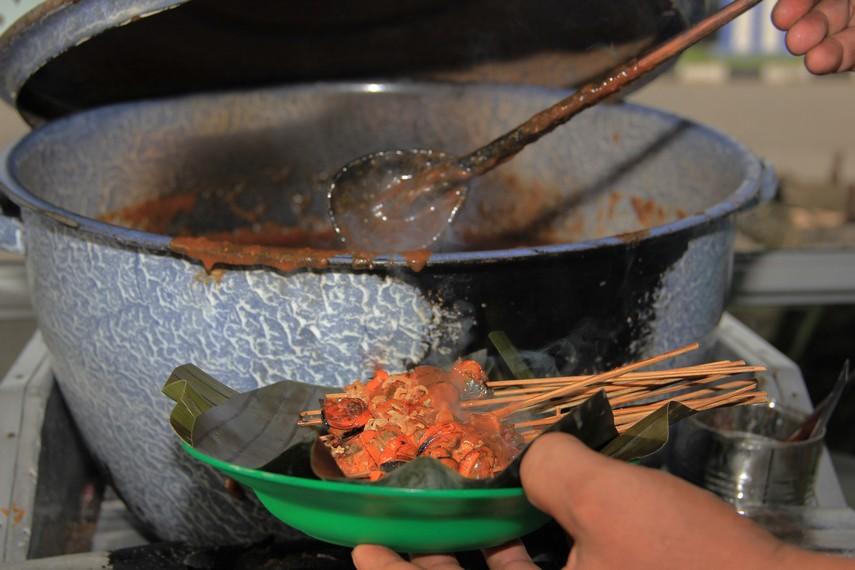 Setelah dibakar, sate diletakkan dalam piring beralas daun pisang