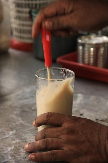 Kuning telur, bubuk kayu manis, dan susu kental menjadi paduan bahan yang menjadikan kopi ini terasa unik