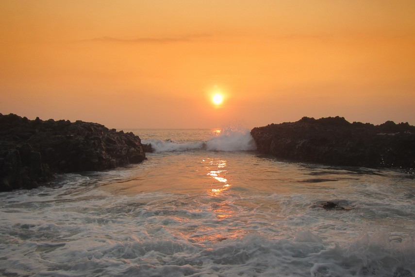 Momen tenggelamnya matahari menjadi pas untuk di abadikan dengan kamera