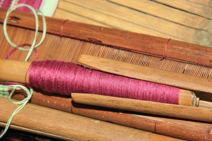 Benang inilah yang kemudian dipakai sebagai bahan untuk membuat kain dan pakaian adat